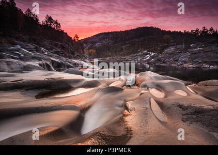 Amanecer en otoño en Nissedal Reinsfoss, Telemark, Noruega. Imagen De Stock