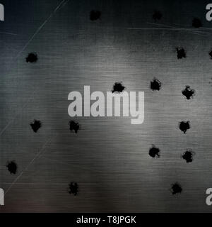 Agujeros de bala en el rayado de la superficie metálica Imagen De Stock