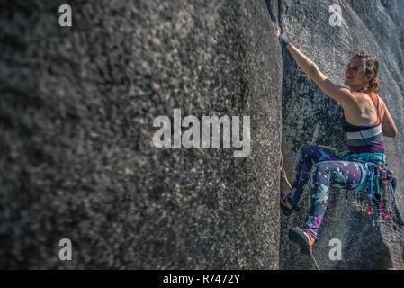Las hembras jóvenes de escalada Escalador de roca, humo Bluffs, Squamish, British Columbia, Canadá Imagen De Stock