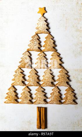 Árbol de Navidad hecho con galletas de jengibre. Imagen De Stock