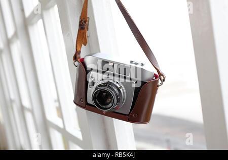 Vintage Retro telémetro cámara de película de 35 mm en el caso de cuero marrón Imagen De Stock