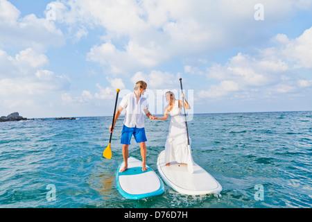 Vestidos de mujer loca y paddle boards de equitación Imagen De Stock