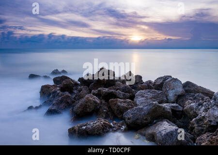 Rocas en Naples Beach al atardecer, Naples, Florida, EE.UU. Imagen De Stock