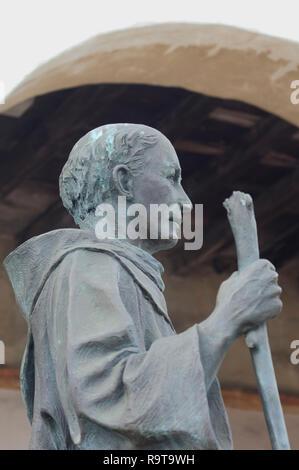 El Padre Junipero Serra estatua, Misión de Santa Bárbara, Santa Barbara, CA. Fotografía Digital. Imagen De Stock