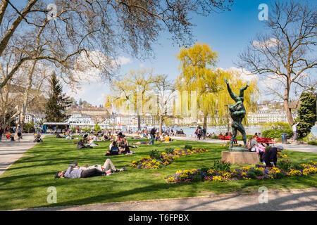 Lucerna, Suiza- Abril 19, 2019: la gente relaja al parque enyoing Inseli Lucerna, el sol primaveral. Imagen De Stock