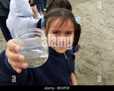 Chica mostrando jar en viaje de campo Imagen De Stock