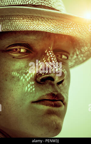 Retrato cercano de jóvenes hombre vestido con sombrero en día soleado Imagen De Stock
