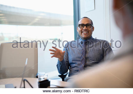 Empresario feliz hablando en la sala reunión Imagen De Stock
