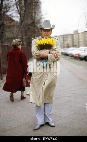 El actor norteamericano Dennis Hopper en las calles de Berlín durante el rodaje de la película White Star, dirigido por Rolando Klick. Alemania, noviembre de 1981 Imagen De Stock