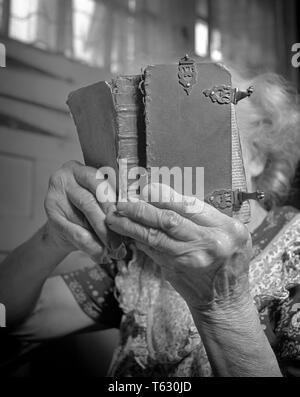 1950 CERCA DE ANCIANA CON MANOS artríticas manteniendo muy antiguo libro encuadernado de cuero cubierto de lectura - s3627 DEP001 HARS LIFESTYLE RELIGIÓN CELEBRACIÓN ELDER HEMBRAS PERSONA RURAL CASA ESPACIO COPIA DE VIDA PERSONAS INSPIRACIÓN CRECIDO ARTRITIS SERENIDAD CRISTIANA ESPIRITUALIDAD B&W TRISTEZA MUY ALTOS DE MUJER MUJER SUEÑOS OLDSTERS antiguas close-ups religiosa al cristianismo del envejecimiento alfabetizados ancianos conceptual escapar cerca SPINSTER GERIÁTRICA NUDOSAS SIMBÓLICO COMUNICARSE ARTRÍTICAS TRASTORNO ANCIANA EL CRECIMIENTO DE LAS ARTICULACIONES AFECTADAS EN BLANCO Y NEGRO ENLAZADO ETNIA CAUCÁSICA ANTICUADO Imagen De Stock