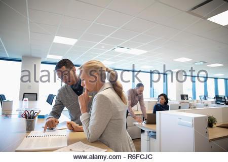 Gente de negocios hablando de papeleo en la oficina Imagen De Stock