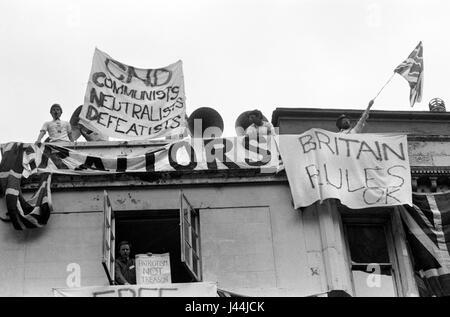 Demostración pro guerra de las Malvinas Londres Mayo de 1983 personas cuelgan banderines de edificio en Whitehall Imagen De Stock
