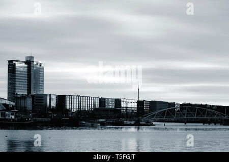 La parte frontal del puerto abierto con el Sr. JJ van der Velde Puente y modernas oficinas y edificios residenciales en la noche en Amsterdam. Imagen De Stock