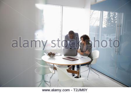 La gente de negocios con ordenador portátil en la sala reunión Imagen De Stock