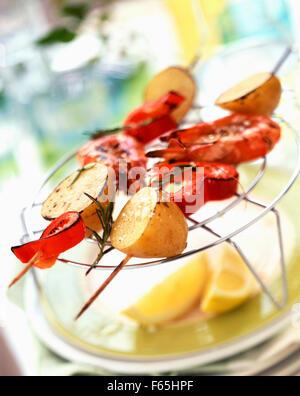 Camarones, pimienta y potato kebabs. Imagen De Stock