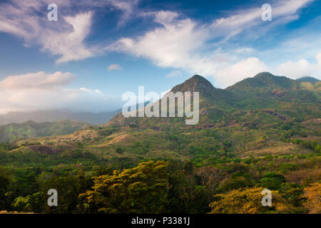 Temprano en la mañana en el lado este del Parque Nacional Altos de Campana, República de Panamá. Imagen De Stock
