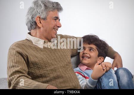 Retrato de abuelo y nieto sentado en el sofá Imagen De Stock