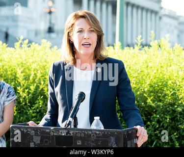 """Representante estadounidense Cindy Axene (D-IA) abogar por la aprobación de la """"Prevención de la Crueldad contra los animales y la Ley de la tortura"""" o """"pacto"""" en el Capitolio en Washington, DC. Imagen De Stock"""