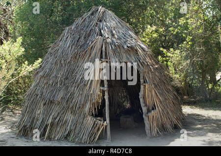 Chumash vivienda con techo de paja (reconstrucción), Misión de la Purísima State Historic Park, California. Fotografía Digital. Imagen De Stock