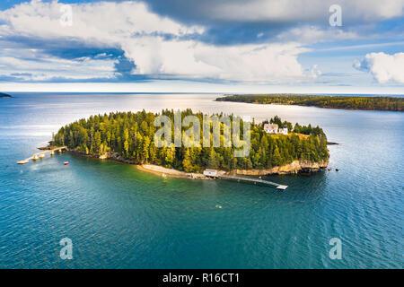 Vista aérea de la isla de oso. Bear Island y The Bear Island Lighthouse están ubicados en la comunidad de Cranberry Isles, en el Parque Nacional de Acadia, Maine Imagen De Stock