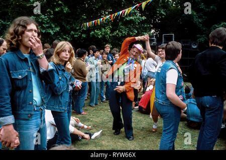 """Los jóvenes alemanes que asistieron a la """"Rock für den Frieden"""" Festival de música en el Volkspark Friedrichshain, Berlín Oriental, Alemania. 1982 Imagen De Stock"""
