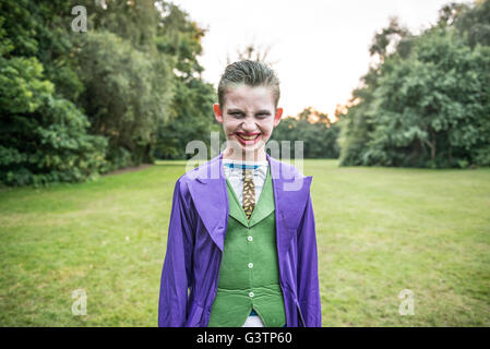 Un niño vestido como el Joker para la noche de Halloween. Imagen De Stock