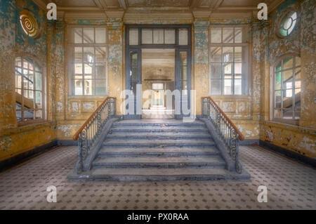 Vista desde el interior del complejo médico abandonadas en Beelitz, Brandenburgo, Alemania. Imagen De Stock