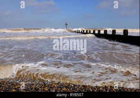 Surf blanca espuma en seashore paisaje, sheringham, North Norfolk, Inglaterra Imagen De Stock