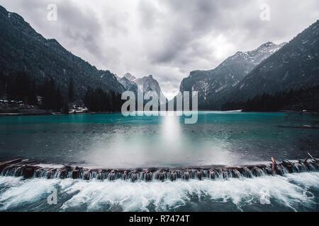 Paisaje con el lago weir y montañas nevadas, Dolomitas, Italia Imagen De Stock
