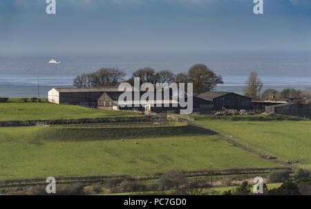 Vista de una granja cerca de la costa, cerca de Garstang, Lancashire, Inglaterra, Reino Unido. Imagen De Stock