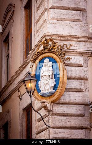 La madre María y el niño Jesús Santuario el edificio esquina, Roma, Lazio, Italia Imagen De Stock