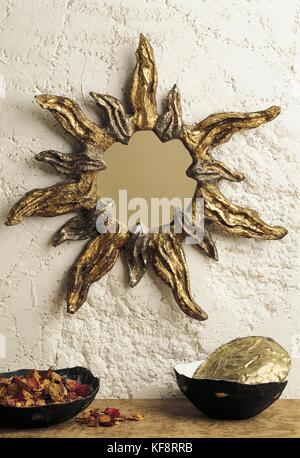 Bodegón con Marco espejo en papier Imagen De Stock