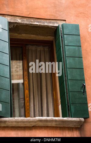 Ángulo de visión baja de una ventana abierta, Venecia, Véneto, Italia Imagen De Stock