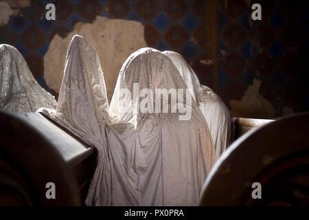 Una colección de fantasmas de yeso, parte de un proyecto de arte, en la abandonada la iglesia de San Jorge en la República Checa. Imagen De Stock