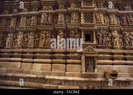 SSK - 600 bellamente y exquisitamente ordenados Jain temple nombran como templo Parshvanath con esculturas y tallas Khajuraho, Madhya Pradesh, India Asia el 14 de diciembre de 2014 Imagen De Stock