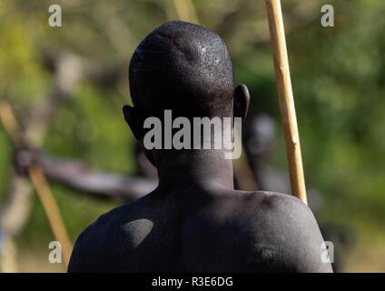 Suri tribu guerrero durante un donga ritual de combate con palo, valle de Omo Kibish, Etiopía Imagen De Stock