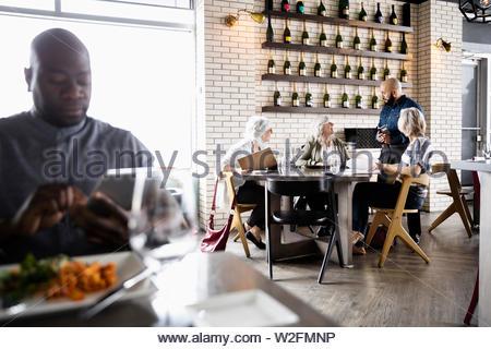 Camarero teniendo orden de mujeres mayores amigos en restaurante. Imagen De Stock