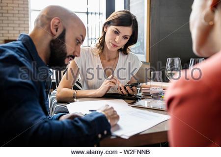 Los empresarios reunidos en restaurante Imagen De Stock