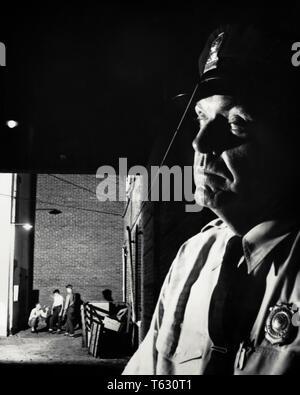 1950 GRUPO 3 chicos adolescentes en el Back Alley hasta ningún bien de cerca en primer plano oficial de policía pasando ojo vigilante EN SU DIRECCIÓN - w3805 CRS001 HARS ADOLESCENTE B&W PASANDO COP proteger y servir a la emoción de la aventura en dirección a ocupaciones uniformes KCAU MAL COMPORTAMIENTO cerca policías oficiales adolescente COPS Mediados de-adulto hombre adulto medio pre-teen BOY insignias distintivo Blanco y negro la etnia caucásica atenta a la antigua usanza en primer plano Imagen De Stock
