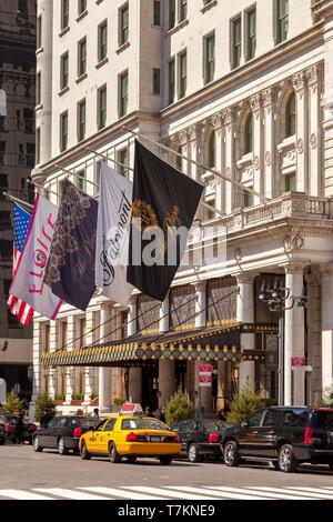 Los taxis y coches de alquiler en frente de la Plaza Hotel en Manhattan, Ciudad de Nueva York, EE.UU. Imagen De Stock