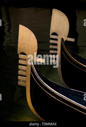 Las góndolas arcos de hierro, la región del Veneto, Venecia, Italia Imagen De Stock