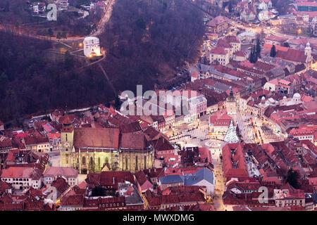 Vista de la cima de la colina del casco antiguo de Brasov, la Iglesia Negra, y el Museo de Historia de Brasov, Rumania, Europa Imagen De Stock