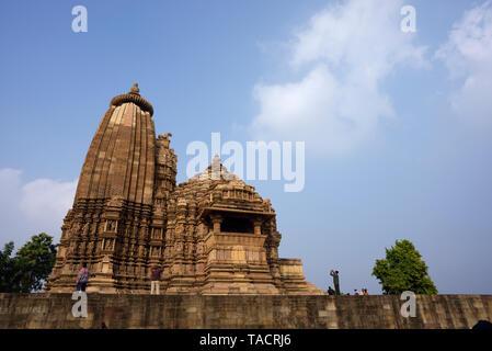 SSK - 951 bellamente y exquisitamente ordenados como Vamana templo llamado templo dedicado al dios hindú Vishnu el Señor con esculturas y tallas Khajuraho, Madhya Pradesh, India Asia el 16 de diciembre de 2014 Imagen De Stock