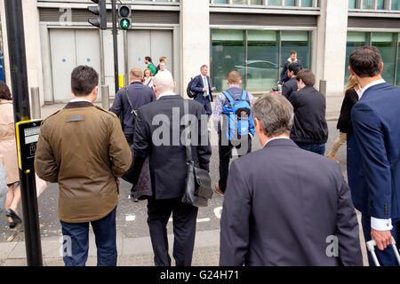 Los hombres de negocios en una variedad de prendas de vestir se dirigía a su casa al final de un día en Imagen De Stock