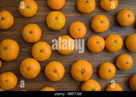 Jugosas mandarinas naranja brillante sobre un fondo de madera. Conjunto de frutos. Antecedentes Imagen De Stock