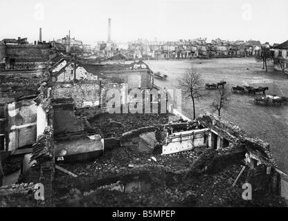 9 1914 8 26 A1 1 E East Vista frontal de una ciudad en ruinas, foto de la Primera Guerra Mundial Frente Oriental Imagen De Stock