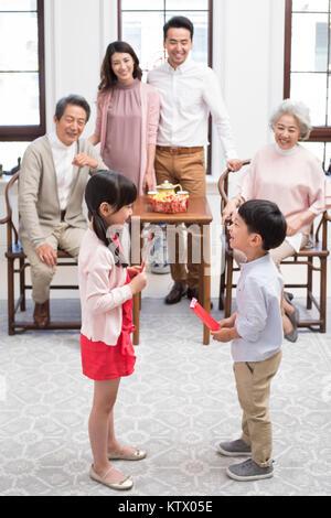 Familia Feliz celebrando el Año Nuevo Chino Imagen De Stock