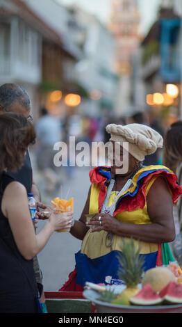 Un vendedor de frutas en la Plaza San Pedro Claver, el casco antiguo de la ciudad, Cartagena de Indias, Colombia Imagen De Stock
