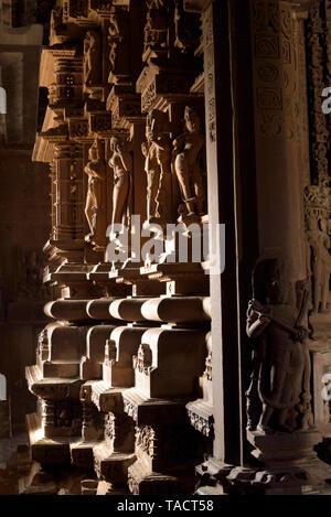 SSK - 153 esculturas y tallados en el interior del templo de Laxmana Khajuraho, Madhya Pradesh, India Asia 11 de diciembre de 2014 Imagen De Stock