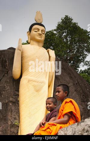 Templo budista y la escuela cerca de UNAWATUNA Imagen De Stock